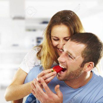 16826667-Felice-giovane-coppia-mangiare-fragole-insieme-Archivio-Fotografico