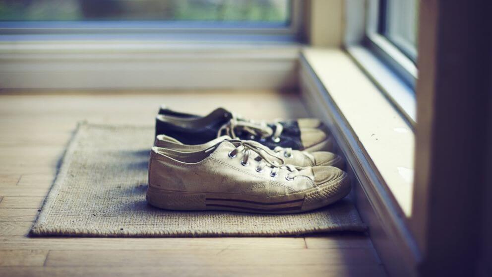 Quitarse-los-zapatos-antes-de-entrar-a-casa-no-está-tan-mal.