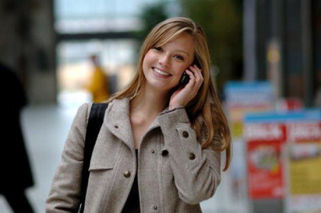 mujer-rubia-con-abrigo-hablando-por-celular